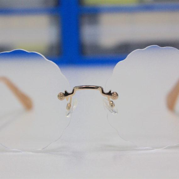 Magnifiques lunettes CHLOÉ. Verres à la vue percés en forme de nuage, créatif et très tendance.