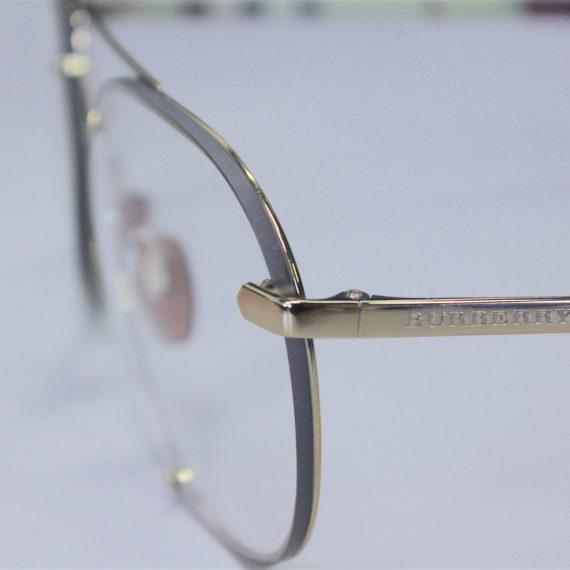 Monture Burberry solaire équipée de verres CR39 photochromiques.