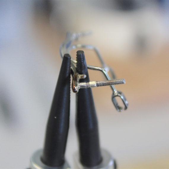 Réparation tige filetée Cassée sur monture D&G.