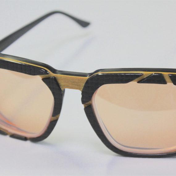 Montage de verres sur lunettes combinées corne-bois-acétate de cellulose.